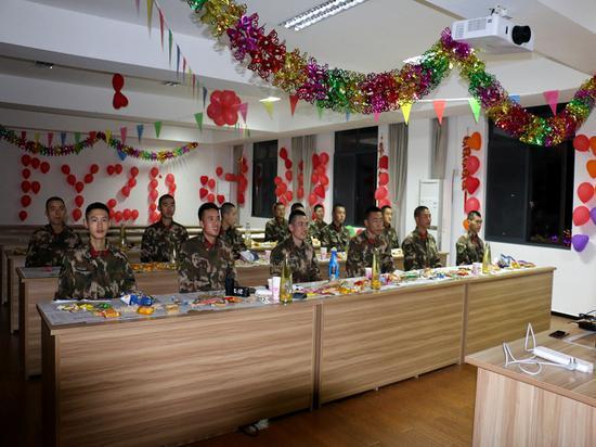 武警官兵们共同观看春晚 温州武警供图