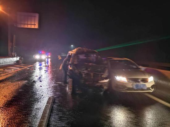 事故共造成两人轻伤,多车不同程度地受损 金华高速交警提供