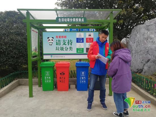 图为实践团队在生活垃圾分类投放点进行宣传调查。中国青年网通讯员 陈钰乔 摄
