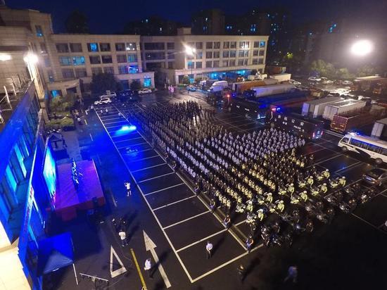 雷霆行动期间,杭州余杭警方集结现场。