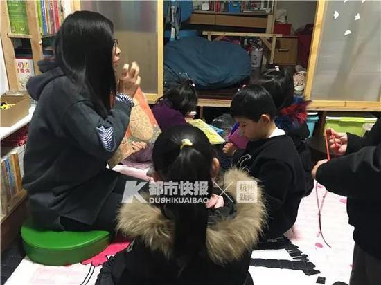 全职妈妈蔡米在给孩子们上课