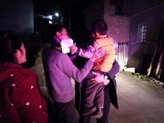 民警将小柳柳送回了家。泰顺警方供图