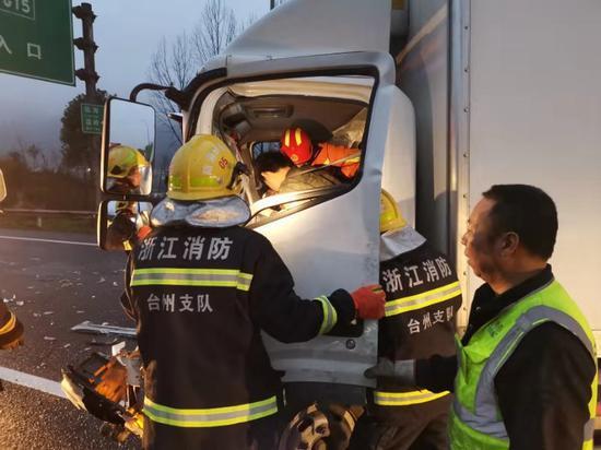 图为:事故救援现场。王信 摄