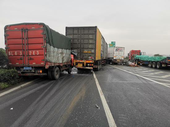 图为:事故现场。 高速交警台州支队供图