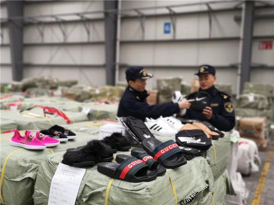 图为宁波海关查验关员在现场清点涉嫌侵权的货物。王永贝摄