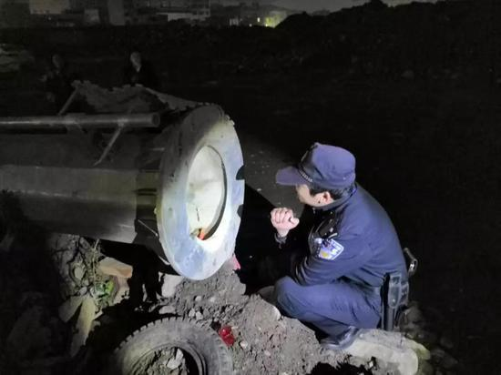 图为:民警在一工地通信塔管道里发现走失的男孩 玉环公安供图
