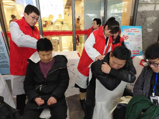 志愿者们为当地市民提供按摩服务。杭州市残联供图