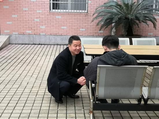 """(左伟蹲着身子,一点一点消除小刘的""""敌意"""")"""