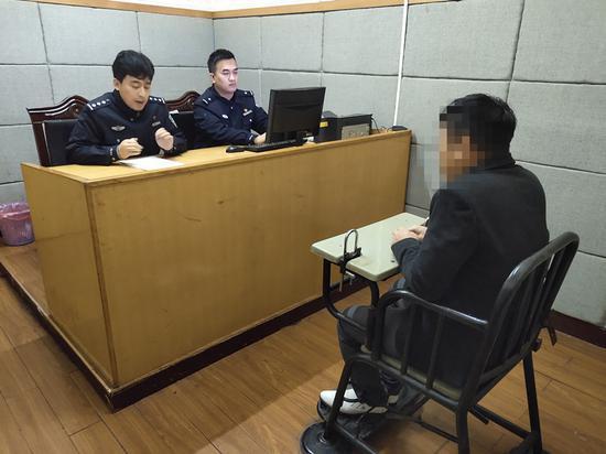 嫌疑人接受审讯 吴兴公安提供