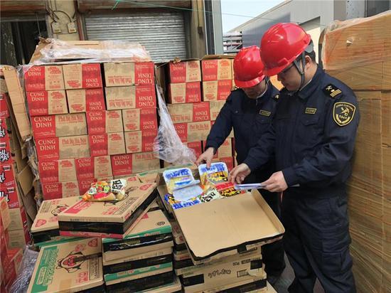图为海关工作人员对不合格进口食品清点核对 李佳赟 摄