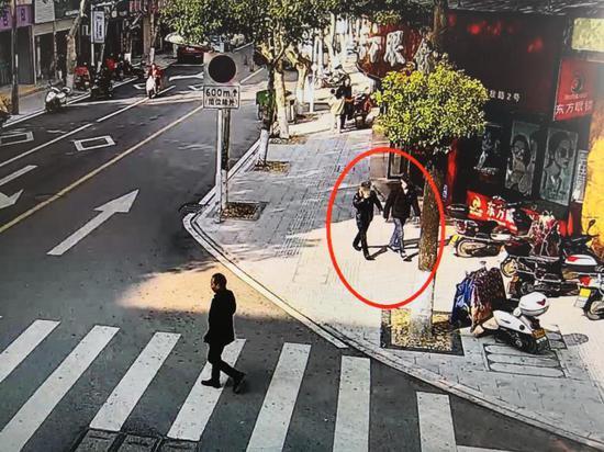 两名嫌疑人得手后逃离现场 东阳公安提供