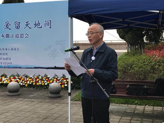 杭州江葬集体追思 1964位逝者的骨灰撒入钱塘江