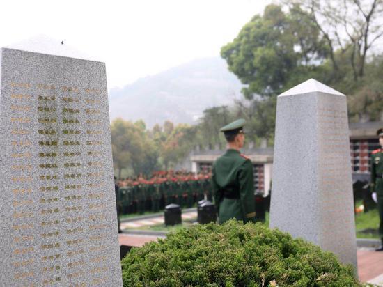 浙江武警官兵祭扫革命烈士陵园。 机动支队供图