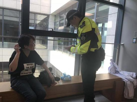 杭州1女子骑车不当头部受伤 交警仅用6分钟将其送医