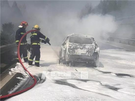 杭州绕城两车相撞一车燃起冲天大火 所幸无人员伤亡