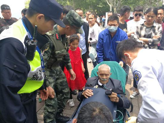 五一假期杭州西湖人从众 老人突发疾病武警紧急施救