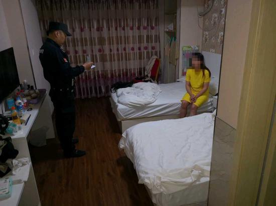行动期间,杭州经济技术开发区警方正在打处一起卖淫嫖娼行为。张斌 摄