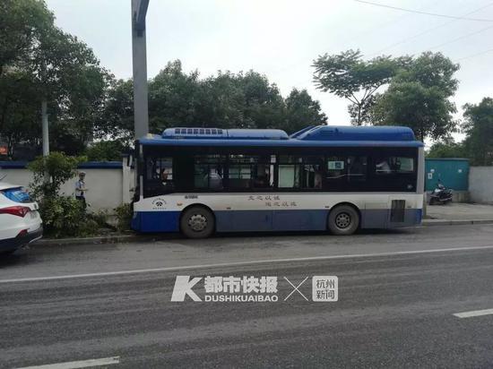 温州公交司机开车看手机撞铁柱 8名乘客受伤2人骨折