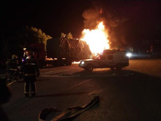 货厢内发出了数次极大的爆燃声,现场火光一片。收费站提供