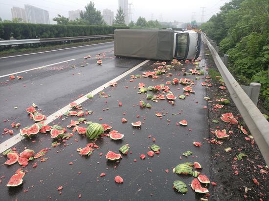 青皮红馕铺满一路 金华高速交警提供