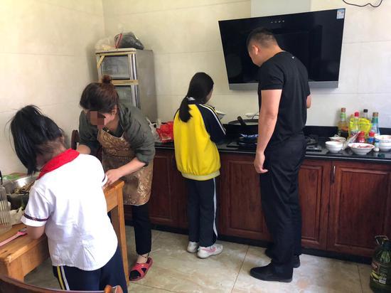 抓捕现场,民警帮助嫌疑人及其女儿为美食节做准备。 泰顺警方供图