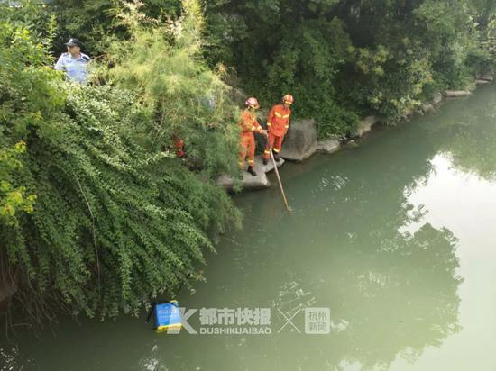 杭州65岁环卫工人不慎坠河身亡 儿子失声痛哭