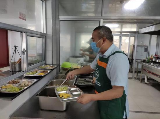 图为:免费午餐就餐点 椒江区委宣传部提供
