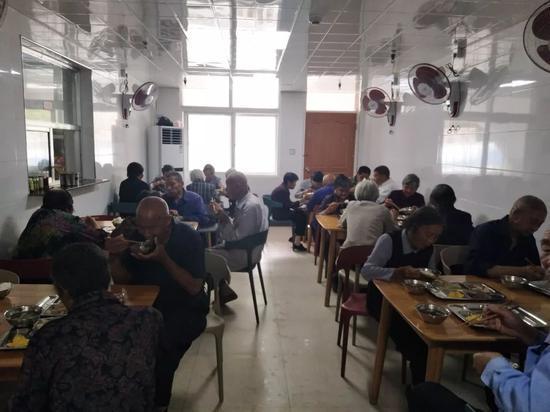 图为:来自下大陈的45位老人享用免费午餐 椒江区委宣传部提供