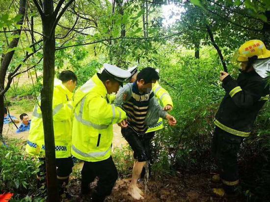 落水老人被安全解救上岸。长兴公安提供