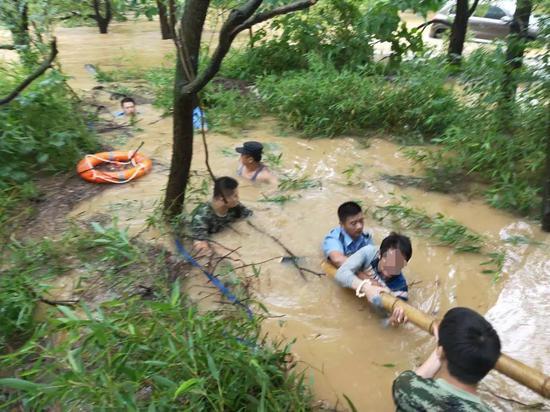 当地民警对落水老人进行救援。长兴公安提供