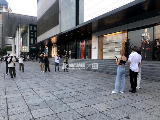 杭州大厦门口的街拍 摄影   朱玫