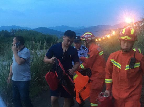 一夜暴雨溪水猛涨 浙江松阳公安消防联手解救3名被困村民 胡昌清 徐晓鸽 摄