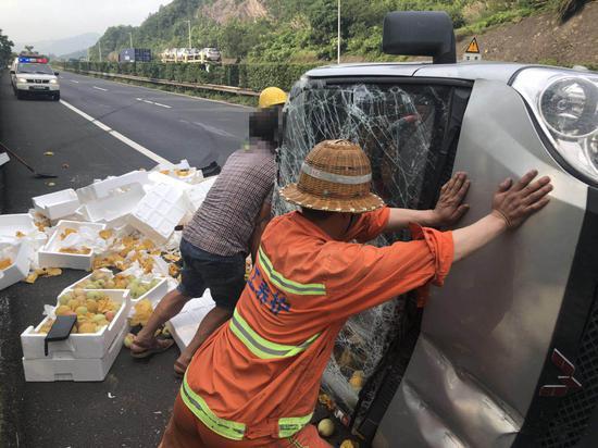 图为:事故现场 台州高速交警供图