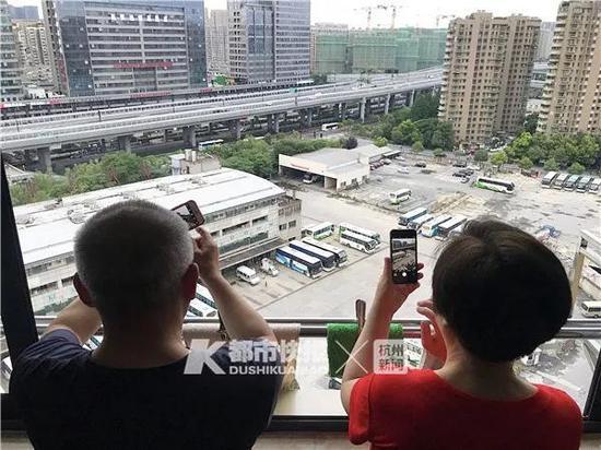滕大爷和罗大妈住望江新园高层,听说是南站最后一天,在阳台上拍照留念。