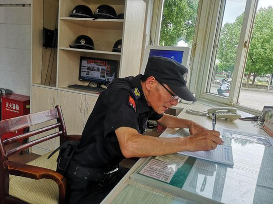 周华海笔耕不辍,30多年坚持写诗 遂昌宣传部提供