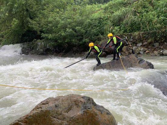 图为:救援人员正在打捞遗体。温州消防提供