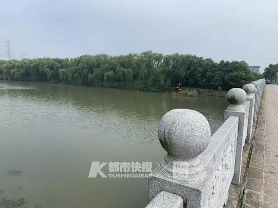 情况紧急,余杭公安仁和派出所警力及PTU303号车3分钟内先后到达现场。