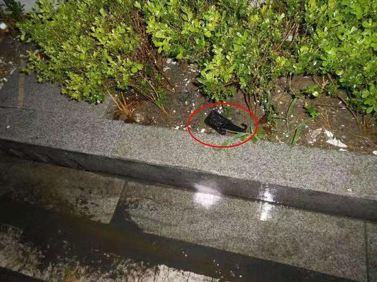 民警执法过程中,被徐某打落在地的执法记录仪。南湖公安提供