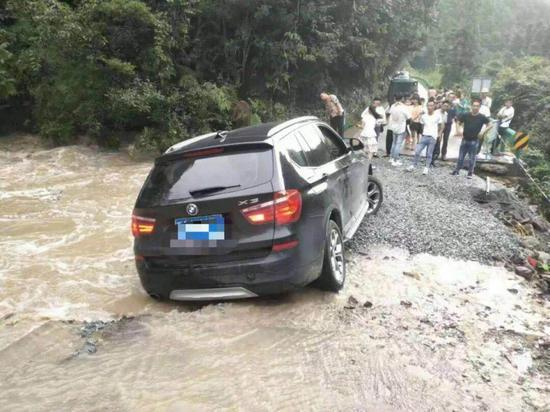 桥梁坍塌 汽车被困山洪 多方合力救援通车 程文泉 摄