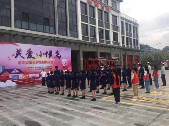 """19岁小伙当""""爸爸"""" 浙江庆元消防员关爱留守儿童12年。吴丽萍 摄"""