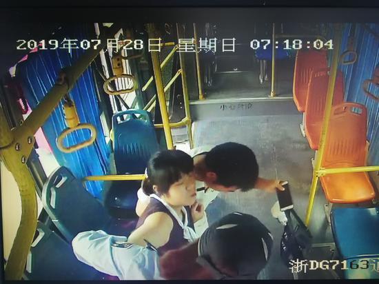 图为热心女司机及孕妇丈夫搀扶孕妇下车。 诸暨公交公司供图。