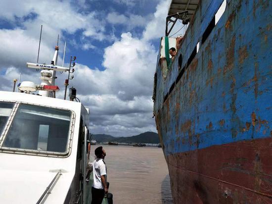 图为:海事执法人员现场告知船舶离港避风。台州海事局供图