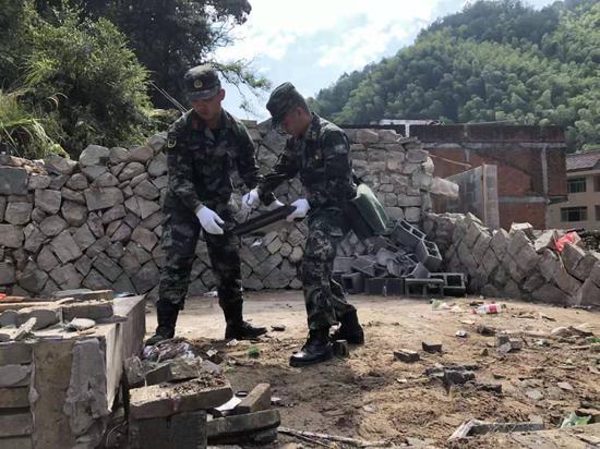 武警官兵积极参与永嘉山早村灾后重建。温州武警供图