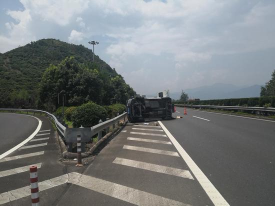 图为:满载货物的小客车侧翻高速公路 刘益 摄