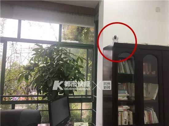圆圈中是校长办公室安装的摄像头 学校供图