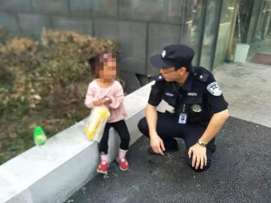 ▍队员俯身和小女孩沟通
