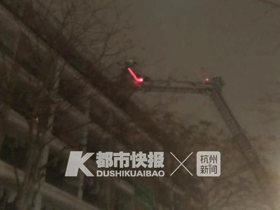 浙工大屏风校区女生宿舍起火 消防救出多名被困学生