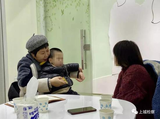 心理专家对母子二人进行心理干预