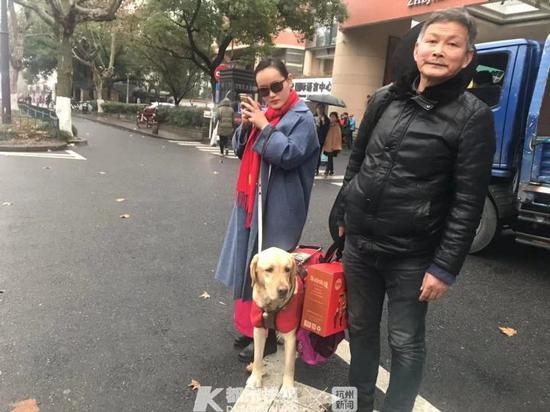 小卉在手机上叫了网约车 摄影   刘永丽