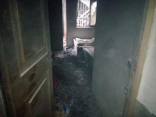 浙江一年轻妈妈带娃把房烧没了 消防用光17个灭火器